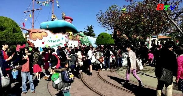 Người hâm mộ kiên nhẫn đợi để được bước vào ngôi nhà của chuột Mickey