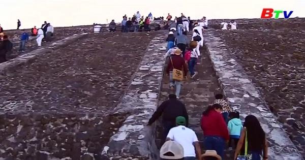 Hàng trăm người chào đón xuân phân ở Mexico