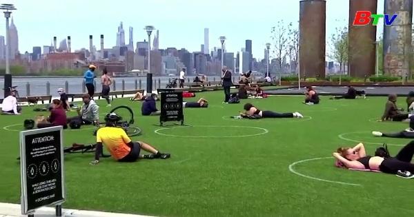 Những vòng tròn khuyến khích giãn cách xã hội  tại một công viên ở Mỷ