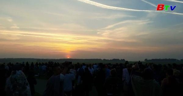 Hàng ngàn người đón ngày hạ chí tại vòng tròn đá Stonehenge