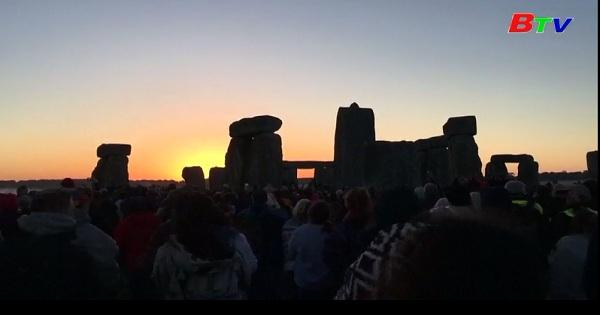 Ngắm ngày dài nhất trong năm tại Vòng tròn đá Stonehenge