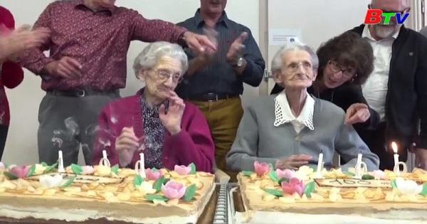 Cặp song sinh đón sinh nhật thứ 100