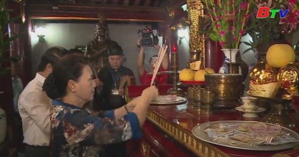 Chủ tịch Quốc hội dâng hương tại Đền Hùng