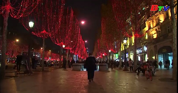 Pháp thắp sáng đại lộ Champs-Élysées mùa giáng sinh