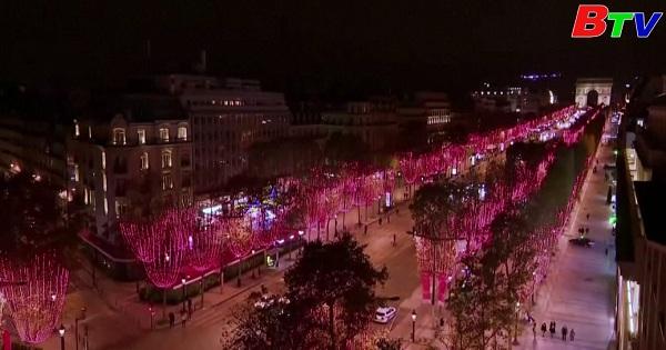 Pháp - Thắp sáng đèn giáng sinh trên đại lộ Champs - Elyses