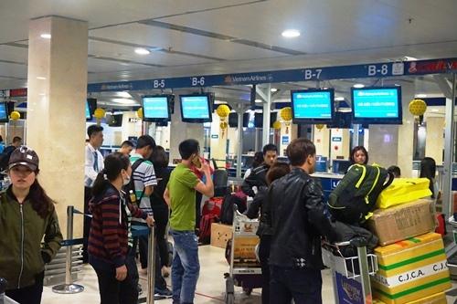 Máy bay chậm chuyến, hành khách chờ đợi tại sân bay
