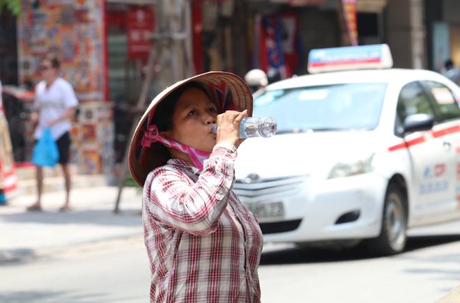 Nắng nóng gay gắt tiếp tục kéo dài, cao nhất lên tới 39 độ C