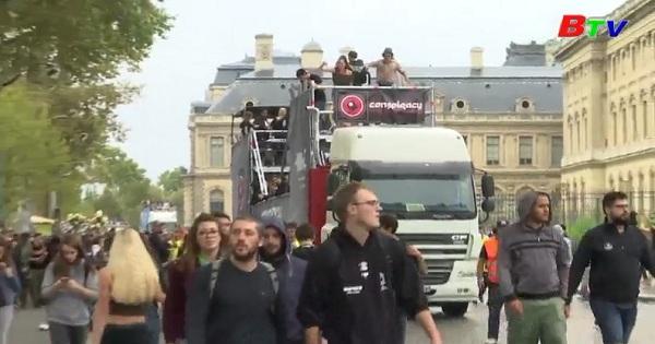 Sôi động cuộc diễu hành âm nhạc điện tử Paris