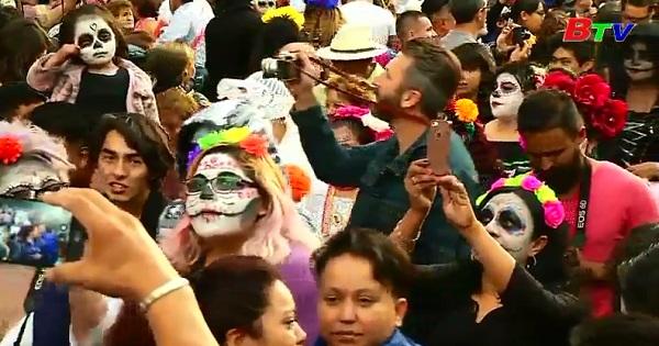 Người dân Mehico hóa trang thành các Catrina  diễu hành trước Lễ hội của Người chết
