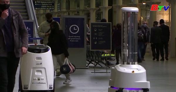 London - Robot diệt virus corona bằng tia cực tím