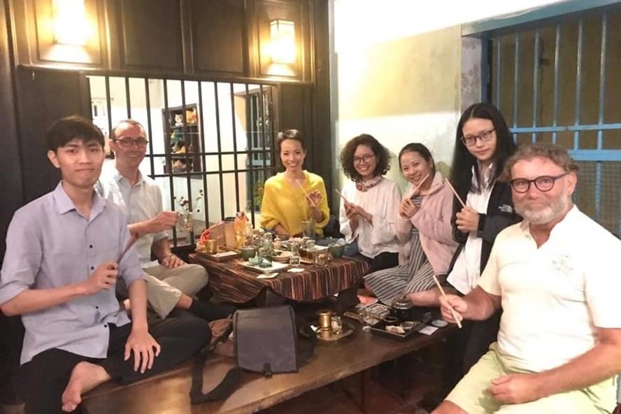 Người nước ngoài trải nghiệm ăn Tết Việt Nam