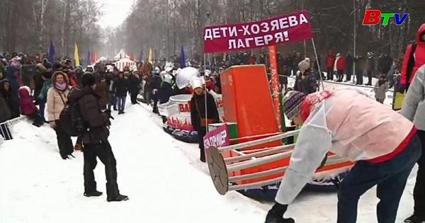 Vui nhộn cuộc đua xe trượt tuyết tự chế tại Nga