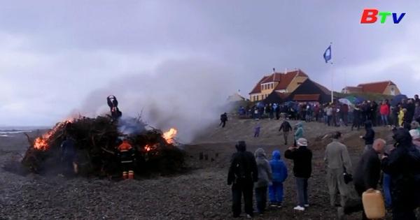 Người dân Đan Mạch ăn mừng Đêm Thánh John.