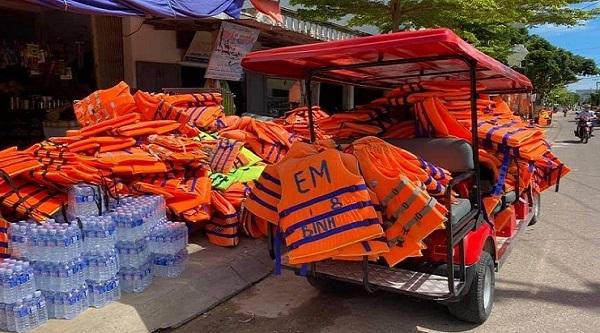 Áo phao cháy hàng trên thị trường trong mùa mưa lũ