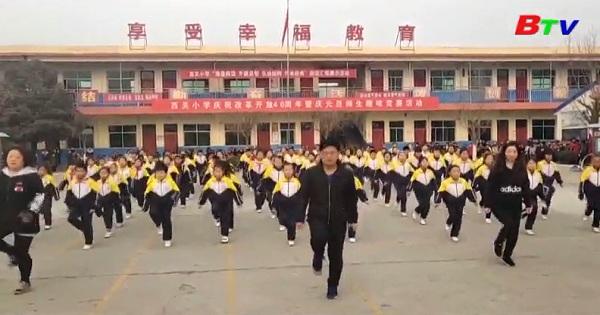 Thầy hiệu trưởng nổi tiếng trên mạng nhờ màn nhảy đẹp mắt  cùng các em học sinh