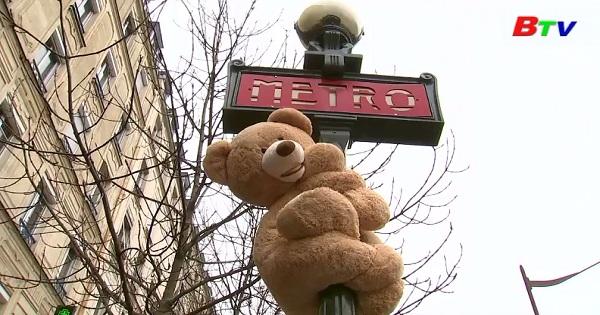 Người dân khu phố Gobelins tạm chia tay những người bạn Teddy đáng yêu