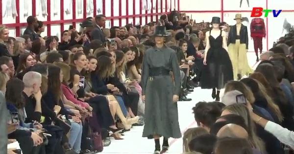 Tuần lễ thời trang Paris  Christian Dior giới thiệu bộ sưu tập thời trang thập niên 1950