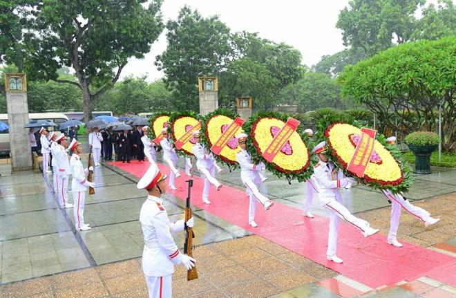 Lãnh đạo Đảng, Nhà nước đặt vòng hoa tưởng niệm các anh hùng liệt sỹ