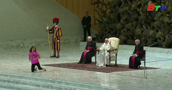Đức giáo hoàng cho phép bé gái vui đùa tự nhiên trên sân khấu