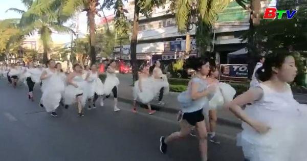 Sôi động cuộc thi chạy của các cô dâu tại Bangkok