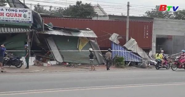 Đầu kéo Container mất lái đâm vào nhà dân