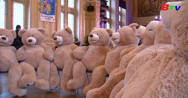 Tiệc chia tay những con gấu bông khổng lồ của Paris