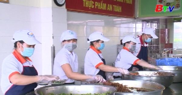 Doanh nghiệp sản xuất suất ăn công nghiệp chú trọng đảm bảo an toàn vệ sinh thực phẩm