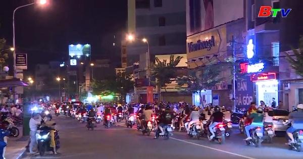 Người hâm mộ ở Bình Dương xuống đường mừng Olympic Việt Nam vào bán kết ASIAD 2018