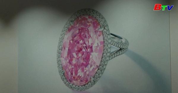 Đấu giá viên kim cương hồng quý hiếm tại Hong Kong
