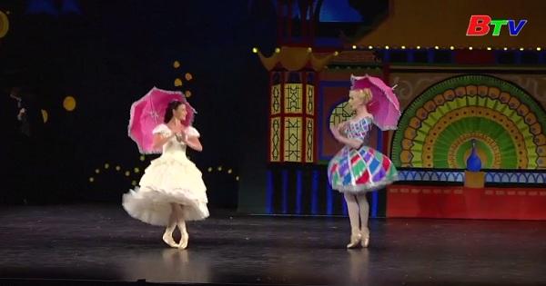 """Nữ hoàng Đan Mạch dự buổi ra mắt vở Ballet """"Kẹp hạt dẻ""""  với trang phục do bà thiết kế"""