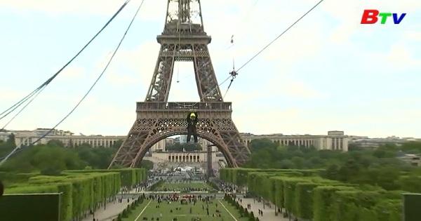 Ngoạn mục hành trình đu cáp treo từ tháp Eiffel