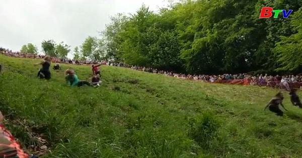 Vui nhộn cuộc thi đuổi bắt pho mát truyền thống ở Anh