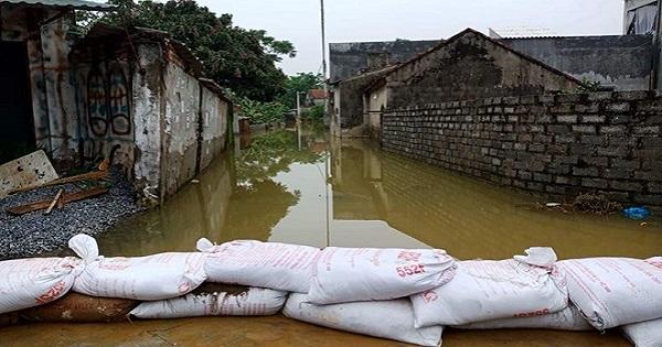 Người dân vùng lụt Chương Mỹ chuẩn bị mọi tình huống xảy ra