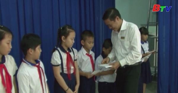 Thị xã Tân Uyên trao học bổng cho học sinh nghèo hiếu học