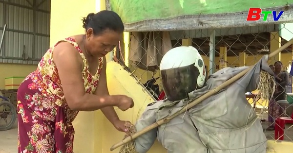 Dân Campuchia đuổi corona bằng bù nhìn cầm súng trước cửa nhà