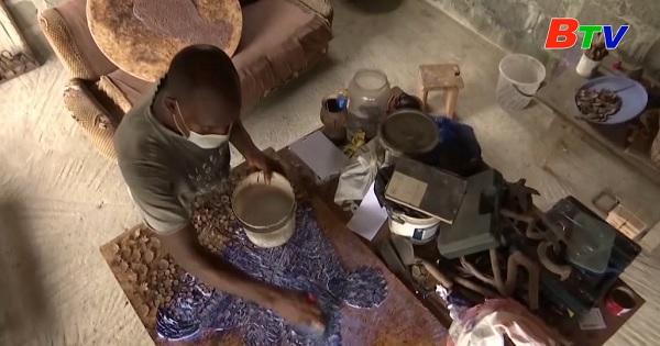 Nigeria - Biến vỏ dừa thành tác phẩm nghệ thuật
