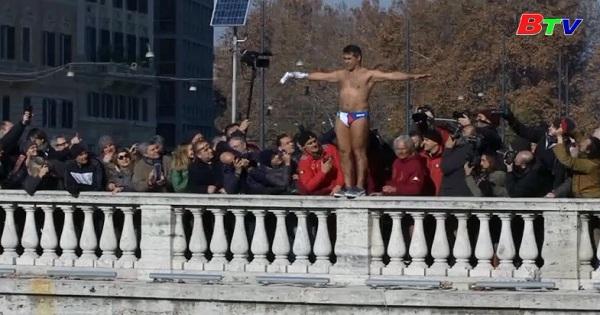 Truyền thống nhảy sông Tiber đón năm mới bước sang tuổi 71