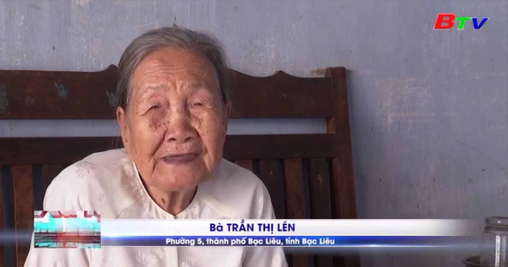 Cụ bà 93 tuổi đi bộ đến UBND phường ủng hộ tiền phòng chống dịch Covid-19