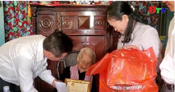 Thăm, tặng quà người cao tuổi tại thị xã Bến Cát