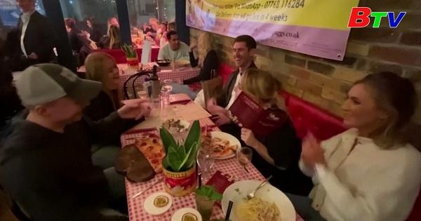 Nhà hàng Luân Đôn nhộn nhịp trong bữa tối cuối cùng trước khi thực hiện phong tỏa