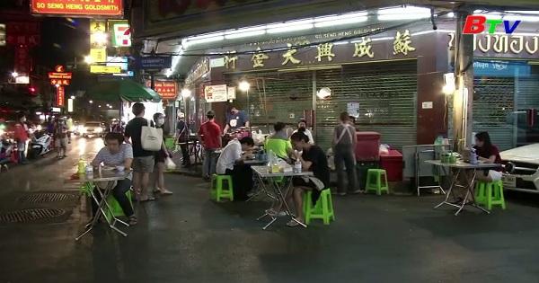 Người dân Thái Lan thưởng thức các món ăn đường phố