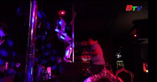 Ấn tượng với vũ công Robot biểu diễn tại câu lạc bộ đêm ở Pháp