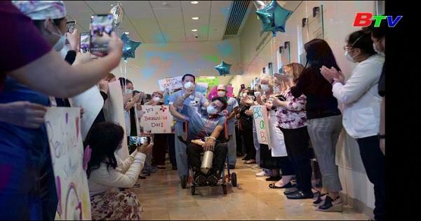 Mỹ - Nhân viên y tế khiêu vũ mừng bệnh nhân covid-19 khỏi bệnh xuất viện