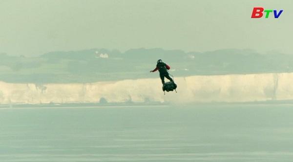 Nhà phát minh người Pháp bay qua eo biển Anh thành công