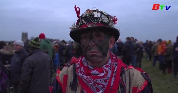 Lạ lùng lễ hội cướp mũ ở Anh