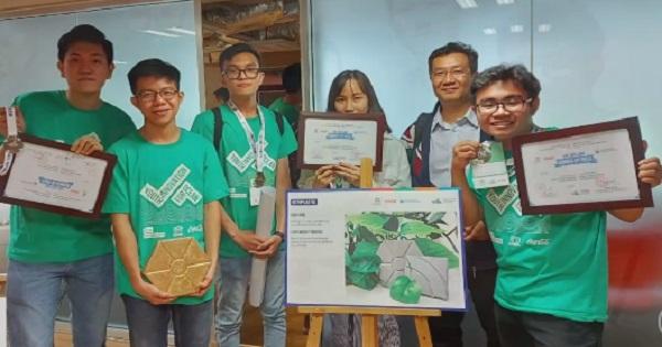 Sinh viên làm gạch từ rác thải nhựa
