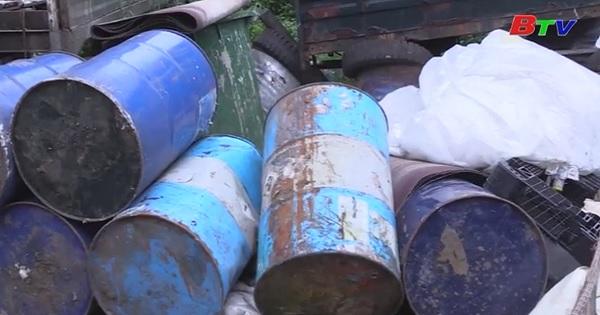 Phát hiện hàng chục tấn rác thải nguy hại tại khu dân cư