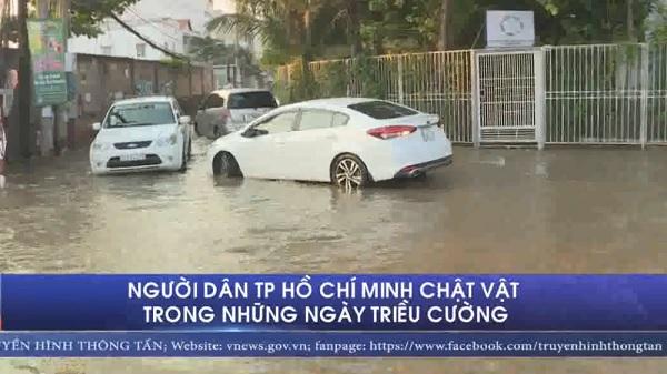 Người dân TP Hồ Chí Minh chật vật trong những ngày triều cường