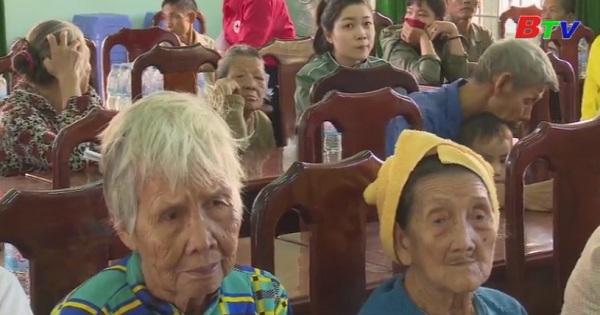 Hội Chữ Thập đỏ tỉnh Bình Dương trao tặng 100 phần quà tết tại xã Hội Nghĩa