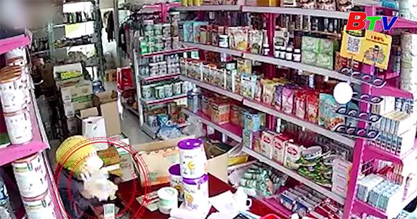 Nhóm người nghi dàn cảnh trộm tiền ở cửa hàng bách hóa